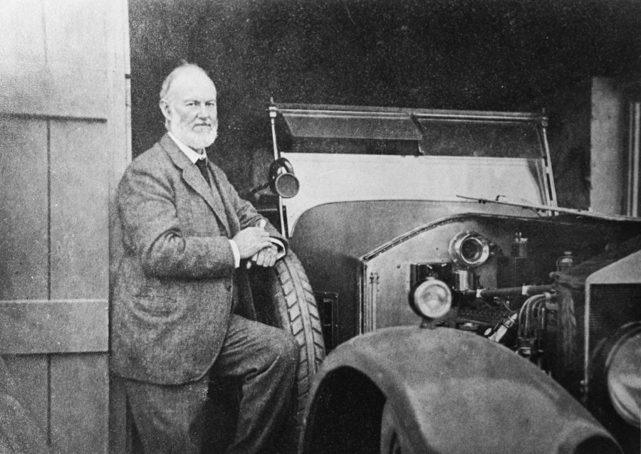 P90437409 high Res sir henry royce with